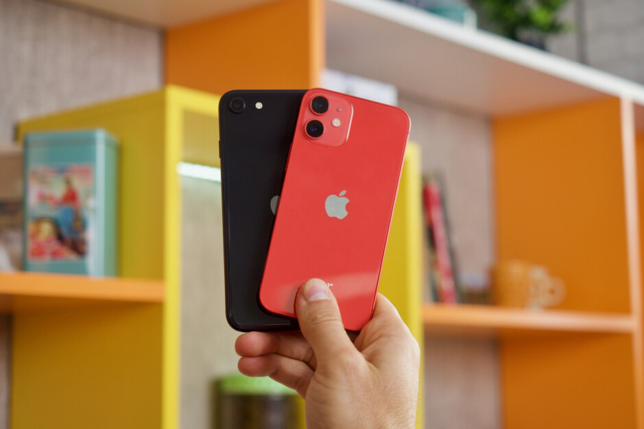 مقارنة بين Apple iPhone 12 mini و iPhone SE (2020)