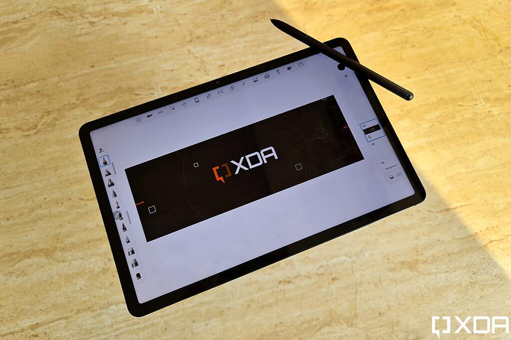 Samsung Galaxy Tab S7 مع شعار XDA وقلم S Pen