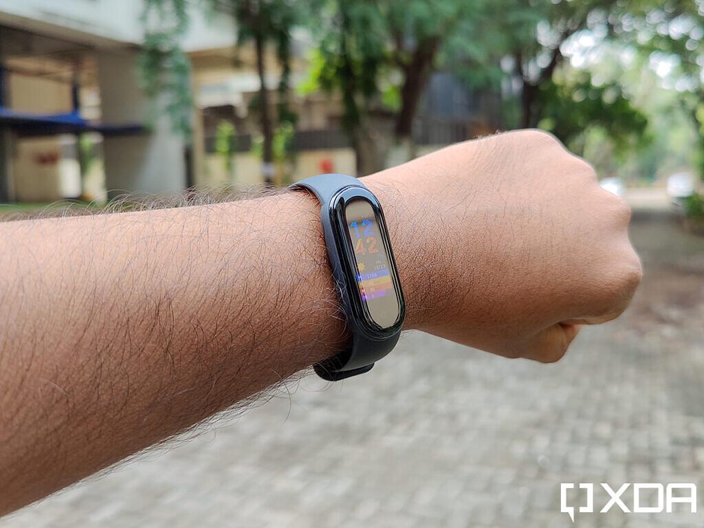 Xiaomi-Mi-Band-5-on-wrist-viewed-at-an-angle
