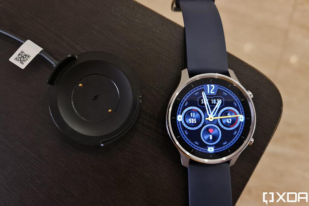 مراجعة Xiaomi Mi Watch Revolve لشحن المهد